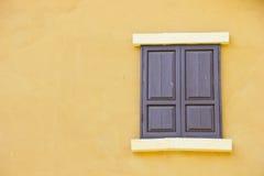 Cierre el color de fondo de la ventana a una pared amarilla Imagen de archivo