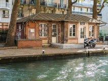 Cierre el edificio en el canal San Martín, París Foto de archivo