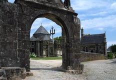 Cierre en Guimiliau, Bretaña de la parroquia Foto de archivo libre de regalías
