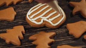 Cierre encima de adornar el corazón hecho en casa del pan de jengibre Concepto culinario de la familia almacen de metraje de vídeo