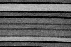 Cierre encima de blanco y negro de los bedsheets imagen de archivo libre de regalías