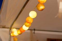 Cierre encima de bombillas de colgar la secuencia decorativa de las luces para un partido o una ceremonia, foco suave imagenes de archivo