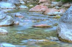 Cierre - encima de la corriente de la cascada Fotografía de archivo
