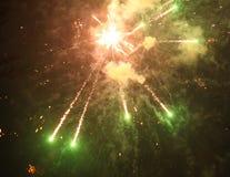 Cierre encima de la foto del fuego artificial con las chispas y las flores del fuego Imagen de archivo