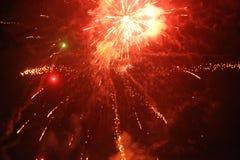 Cierre encima de la foto del fuego artificial con las chispas y las flores del fuego Fotos de archivo libres de regalías