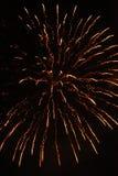 Cierre encima de la foto del fuego artificial con las chispas y las flores del fuego Imagenes de archivo