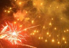 Cierre encima de la foto del fuego artificial con las chispas y las flores del fuego en el cielo negro Imágenes de archivo libres de regalías