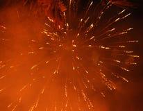 Cierre encima de la foto del fuego artificial con las chispas y las flores del fuego en el cielo negro Fotos de archivo