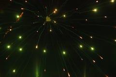 Cierre encima de la foto del fuego artificial con las chispas y las flores del fuego en el cielo negro Fotografía de archivo libre de regalías