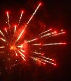 Cierre encima de la foto del fuego artificial con las chispas y las flores del fuego en el cielo negro Fotos de archivo libres de regalías