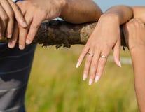 Cierre encima de la foto del las manos con el anillo de bodas Imágenes de archivo libres de regalías