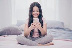 Cierre encima de la foto linda hermoso ella su niña que sienta llamada video elegante hogareña grande de los brazos de manos del  fotografía de archivo