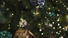 Cierre encima de la inclinación encima del tiro de los juguetes de la Navidad y de diversas decoraciones almacen de video