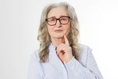 Cierre encima de la mujer de negocios mayor con los vidrios elegantes y la cara de la arruga aislada en el fondo blanco Señora sa imagenes de archivo