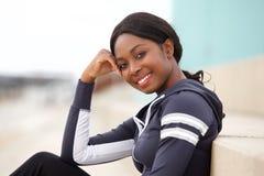 Cierre encima de la mujer negra deportiva sonriente al aire libre imagenes de archivo