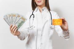 Cierre encima de la mujer tirada cosechada del doctor con el estetoscopio aislado en el fondo blanco Doctor de sexo femenino en l fotos de archivo