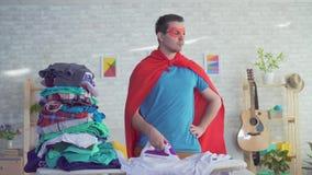 Cierre encima de la ropa de los movimientos del super héroe del cabeza de familia del hombre almacen de metraje de vídeo