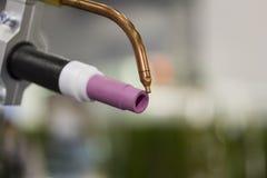 Cierre encima de la soldadura o de la antorcha de tig del tenedor de electrodo para el robot en el taller imagenes de archivo