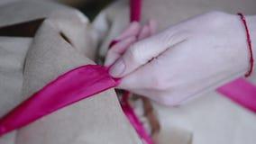 Cierre encima de la visión: lazo de la muchacha un arco en el papel de Kraft almacen de video