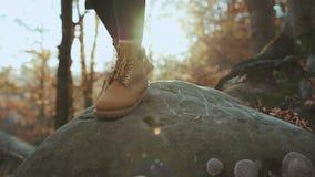 CIERRE ENCIMA de las botas de cuero del alpinismo del vintage y del pico de montaña del caminante que sube femenino aventurero ir almacen de metraje de vídeo