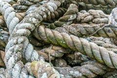 Cierre encima de las FO una pila grande de fibra muy vieja, natural, cuerda gruesa fotos de archivo libres de regalías