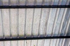 Cierre encima de las hojas metálicas del alto almacén del tejado imágenes de archivo libres de regalías