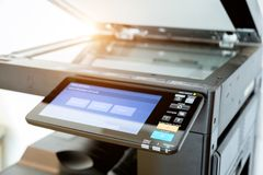 Cierre encima de las hojas de papel en la impresora en sitio de la oficina imagen de archivo