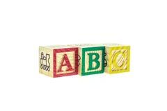 Cierre encima de los bloques coloridos del alfabeto de ABC aislados en blanco Fotografía de archivo libre de regalías