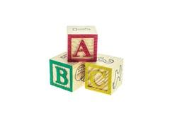 Cierre encima de los bloques coloridos del alfabeto de ABC aislados en blanco Imagen de archivo