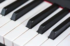 Cierre encima de los detalles de las llaves del piano, fotografía interior, macra fotos de archivo libres de regalías