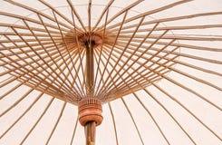 Cierre encima de los paraguas blancos coloridos con los modelos de bambú de la estructura para el fondo imágenes de archivo libres de regalías