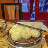 Cierre encima de los pequeños bollos del vapor en restaurante chino fotos de archivo