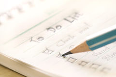 Cierre encima de manuscrito para hacer plan de la lista en el pequeño cuaderno, extrem Fotografía de archivo libre de regalías