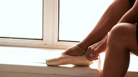 Cierre encima de sentarse ballering en travesaño de la ventana metrajes