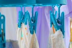 Cierre encima de una tela del pellizco del equipo en la línea de ropa Foto de archivo