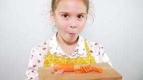 Cierre encima del adolescente que come rebanadas de zanahoria Tiro del estudio metrajes