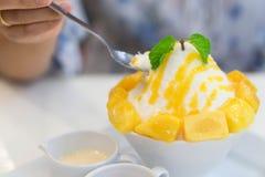 Cierre encima del bing su del mango con las salsas en la placa blanca foto de archivo