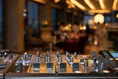 Cierre encima del bot?n del panel de control del mezclador de sonidos del detalle del tiro en luz natural imágenes de archivo libres de regalías