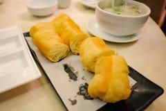 Cierre encima del buñuelo chino o de 'Youtiao 'en nombre chino en restaurante chino fotografía de archivo