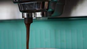 Cierre encima del café del goteo de la máquina Concepto de la bebida y de la bebida metrajes