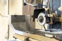 Cierre encima del corte o muela abrasiva durante la rotación o el trabajo con el producto en alta exactitud y la superficie autom fotos de archivo