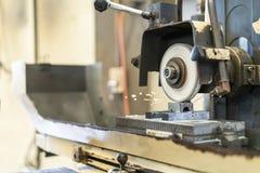 Cierre encima del corte o muela abrasiva durante la rotación o el trabajo con el producto en alta exactitud y la superficie autom foto de archivo