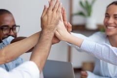 Cierre encima del equipo diverso feliz del negocio de la visi?n que da arriba cinco imagen de archivo