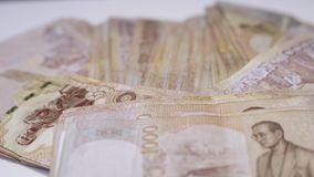 Cierre encima del fondo tailand?s del primer de los billetes de banco del dinero, dinero para el negocio, monedas de Tailandia 10 almacen de video