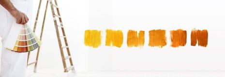 Cierre - encima del hombre del pintor con muestras del color en su mano Foto de archivo libre de regalías