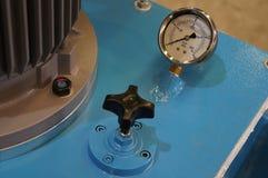 Cierre encima del indicador de la presión hydráulica en un sistema hydráulico fotos de archivo