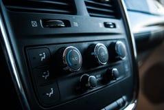 Cierre encima del mini interior negro de la furgoneta, diales del aire/acondicionado imagen de archivo