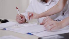 Cierre encima del propósito de la firma de las manos del ` s de la contable los documentos metrajes