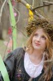 Cierre encima del retrato de una muchacha sonriente bonita en un vestido popular Imagen de archivo