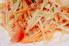Cierre encima del tailandés verde de la ensalada de la papaya o del tum del som en la placa blanca, comida popular de la ensalada foto de archivo